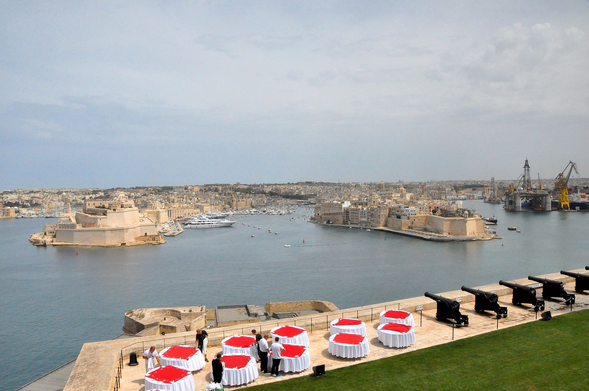 Blick von den Upper Barakka Gardens mit der Saluting Battery über den Grand Harbour zu den Three Cities